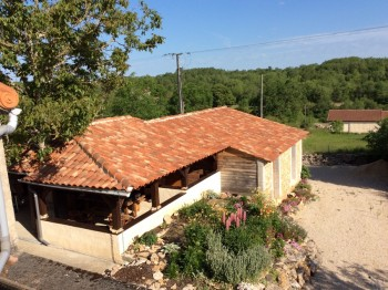 Les chambres, la terrasse couverte et des sanitaires communes