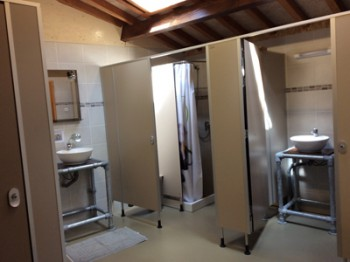 Les douches dans des sanitaires communes